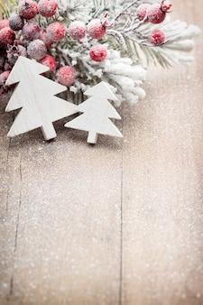 Weihnachtsdekoration über holzoberfläche.