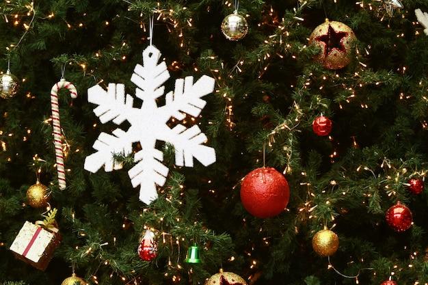 Weihnachtsdekoration und beleuchtungs-ball auf baum