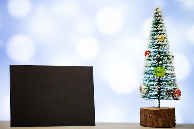 Weihnachtsdekoration und freier raum für text auf blauem hintergrund