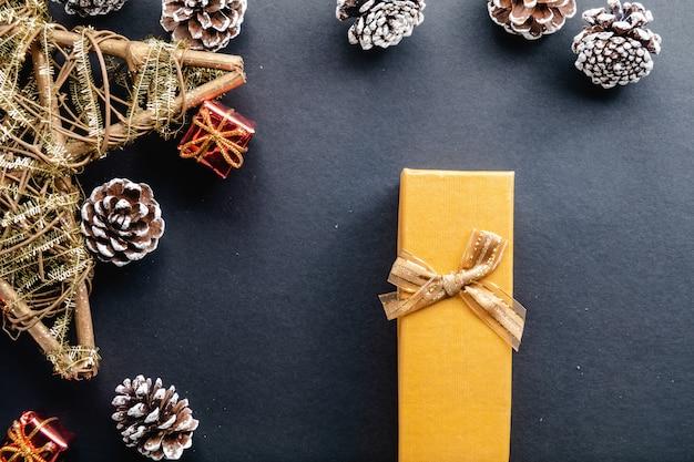 Weihnachtsdekoration und geschenk auf schwarzem hintergrund
