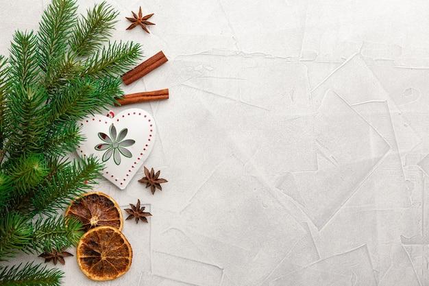 Weihnachtsdekoration und gewürze
