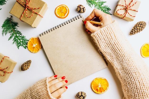 Weihnachtsdekoration und notizbuch für ziele