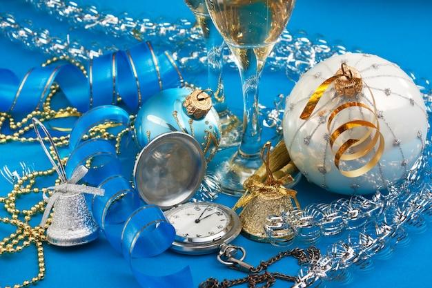 Weihnachtsdekoration und taschenuhren auf weihnachtsfläche