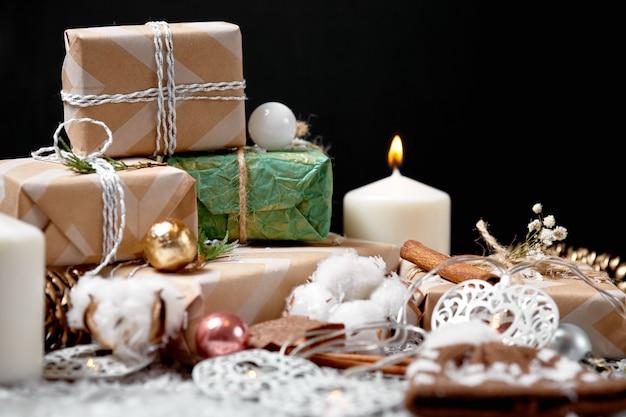 Weihnachtsdekoration und -verzierungen auf rustikalem hölzernem hintergrund.