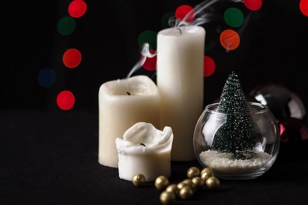 Weihnachtsdekoration. unscharfer lichthintergrund.