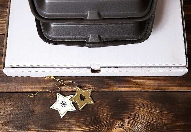 Weihnachtsdekoration von lebensmittellieferservicebehältern