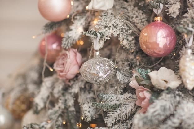 Weihnachtsdekoration. weihnachtsbaum spielzeug. hintergrund