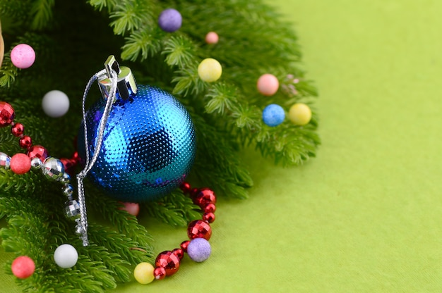 Weihnachtsdekoration: weihnachtskugel und ornamente mit dem ast des weihnachtsbaumes