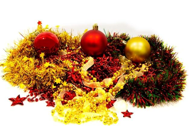 Weihnachtsdekoration. weihnachtskugeln dekoriert für den urlaub. mehrfarbiges zubehör. weihnachtsdekoration in vorfreude auf die feiertage