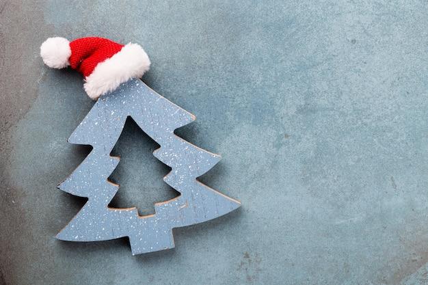 Weihnachtsdekoration. weihnachtsstern auf rustikalem dunklem hintergrund.