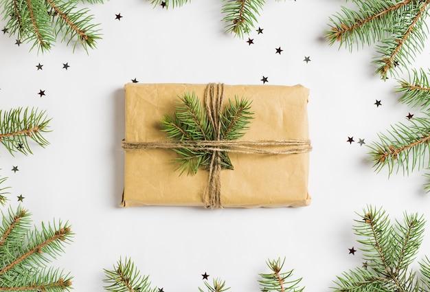 Weihnachtsdekoration zusammensetzung geschenkbox fichte tanne brunch glitzer sterne