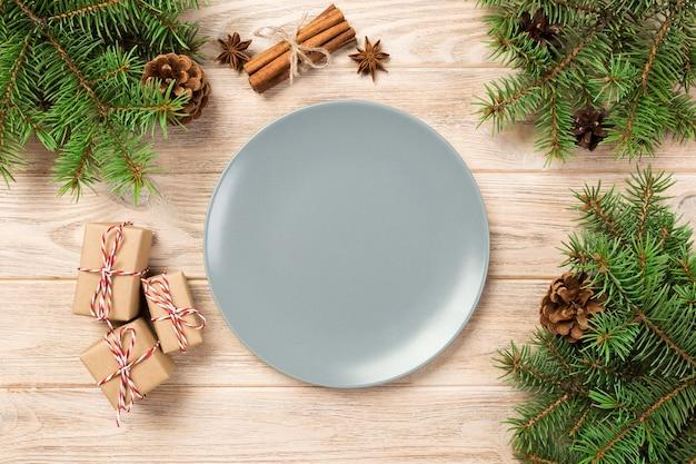 Weihnachtsdekorationen auf buntem hintergrund
