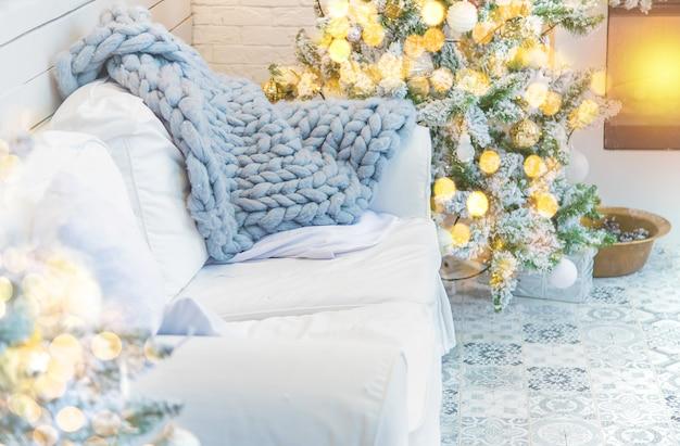 Weihnachtsdekorationen auf dem baum, feiertag, selektiver fokus.