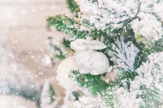 Weihnachtsdekorationen auf dem baum, selektiver fokus.