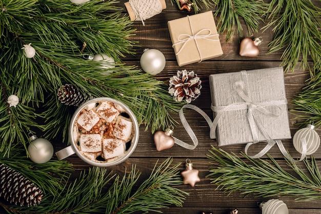 Weihnachtsdekorationen auf dem hölzernen hintergrund