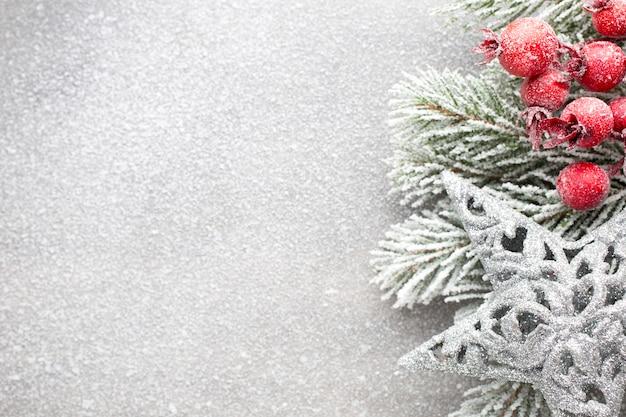 Weihnachtsdekorationen auf einem einfachen hintergrund