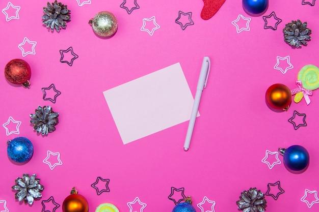 Weihnachtsdekorationen auf einem hellen rosa hintergrund