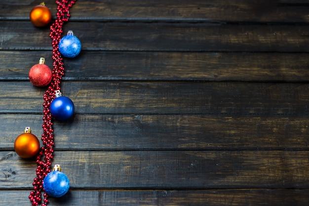 Weihnachtsdekorationen auf einem hölzernen hintergrund. weihnachten hintergrund neujahrsferien