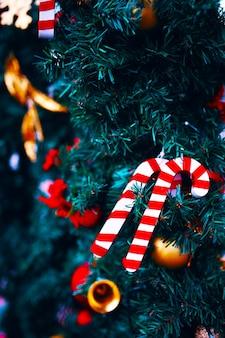 Weihnachtsdekorationen auf grünem fichtenzweighintergrund des neuen jahres für grußkarten und postkarten ...