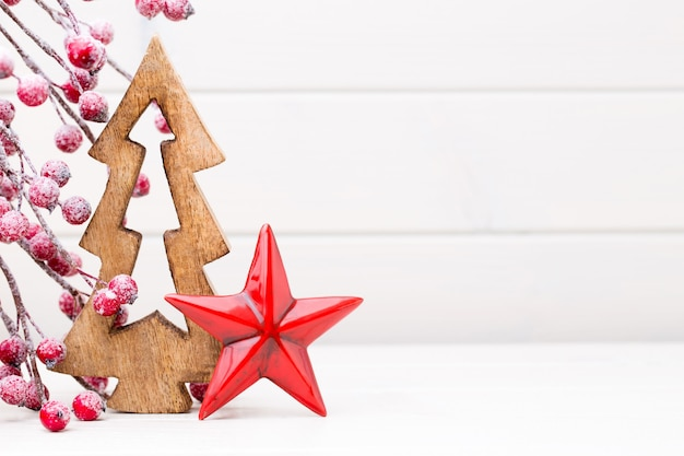 Weihnachtsdekorationen auf hellem hintergrund