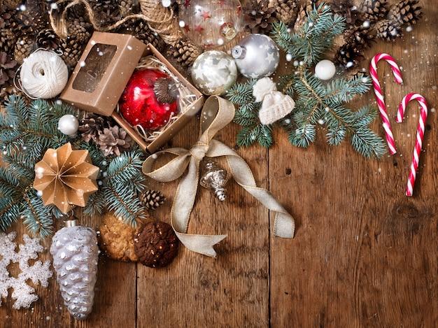 Weihnachtsdekorationen auf hölzernem hintergrund