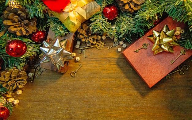 Weihnachtsdekorationen auf hölzerner tabelle für feiertagsinhalt.