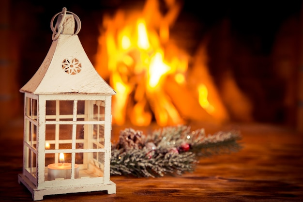 Weihnachtsdekorationen auf holztisch in der nähe von kamin. winterurlaubskonzept