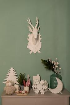 Weihnachtsdekorationen auf kaminsims auf weißem wandhintergrund.