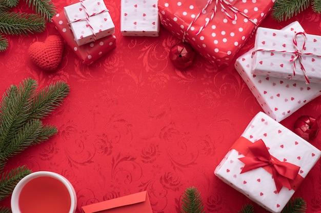 Weihnachtsdekorationen auf rotem gewebebeschaffenheitshintergrund