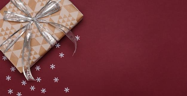 Weihnachtsdekorationen auf rotem hintergrund