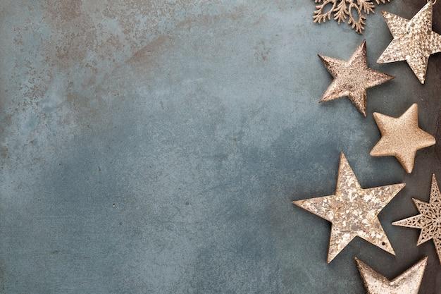 Weihnachtsdekorationen auf rustikalem dunklem hintergrund