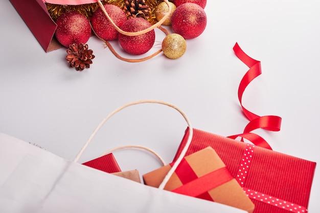 Weihnachtsdekorationen auf weißem hintergrund
