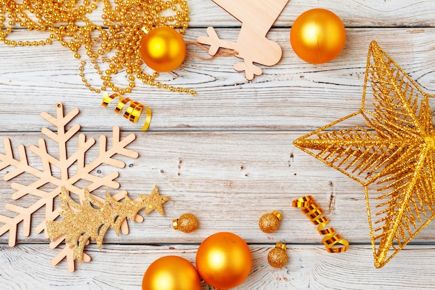 Weihnachtsdekorationen flatlay auf heller holzoberfläche