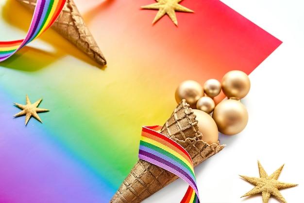 Weihnachtsdekorationen in den regenbogenfahnenfarben der lgbtq-gemeinschaft