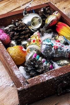 Weihnachtsdekorationen in der alten holzkiste