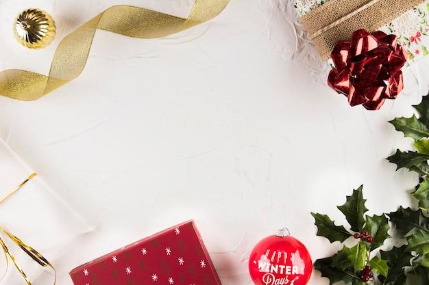 Weihnachtsdekorationen in der nähe von grünen zweigen