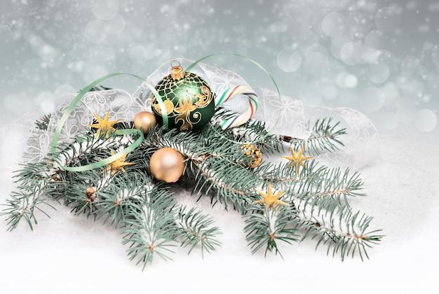 Weihnachtsdekorationen in grünem und in goldenem, textraum