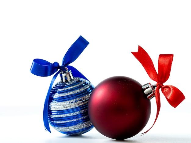 Weihnachtsdekorationen lokalisiert auf weißem hintergrund