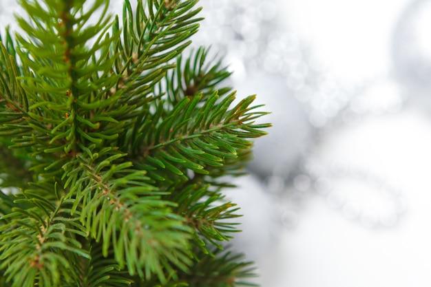 Weihnachtsdekorationen mit dem flitter getrennt auf weiß