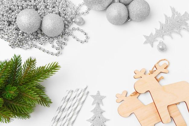 Weihnachtsdekorationen mit dem flitter lokalisiert auf weißem hintergrund