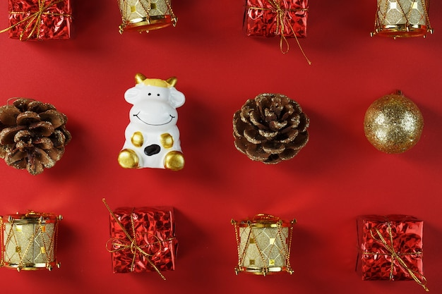 Weihnachtsdekorationen mit einer kuh auf einem roten hintergrund