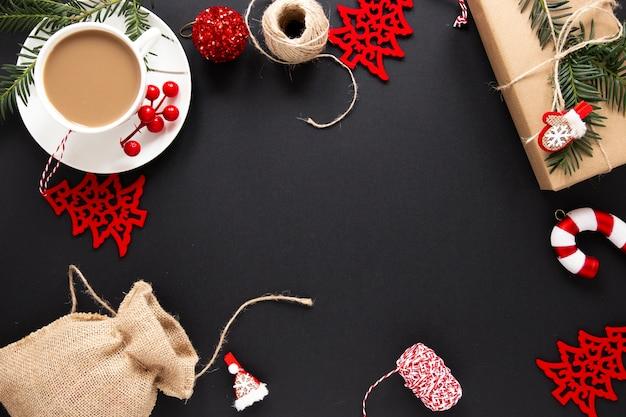 Weihnachtsdekorationen mit heißem getränk