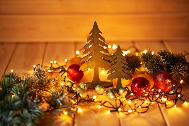 Weihnachtsdekorationen mit lichtern auf einer holzoberfläche