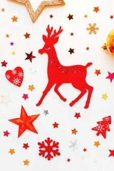 Weihnachtsdekorationen mit rotwild