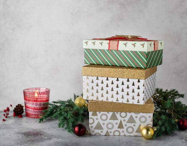 Weihnachtsdekorationen mit verschiedenen geschenkboxen