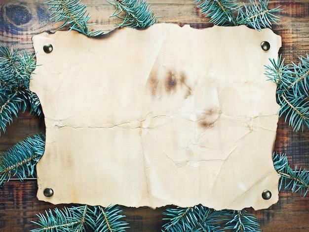 Weihnachtsdekorationen, papier und fichtenzweige