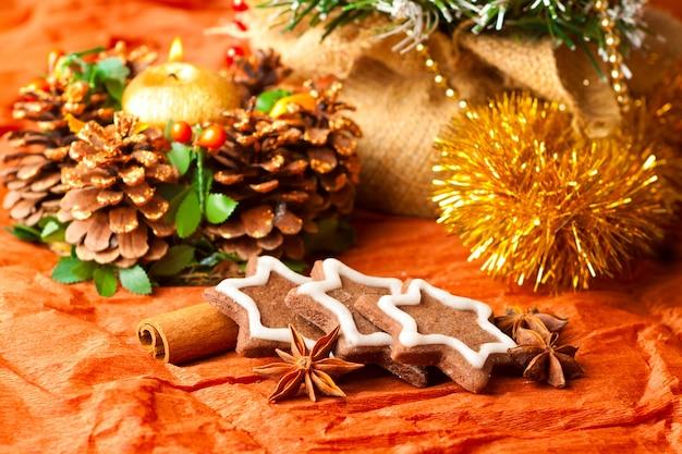 Weihnachtsdekorationen und traditionelle süßigkeiten, kekse mit gewürzen