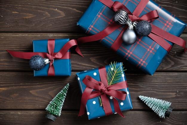 Weihnachtsdekorationen und weihnachtsgeschenke auf einem alten holztisch. weihnachten hintergrund.
