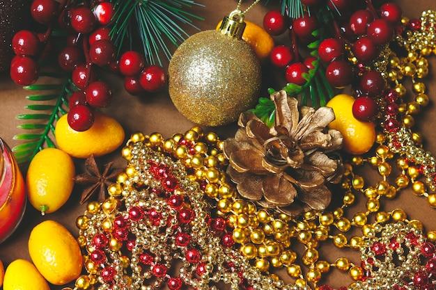 Weihnachtsdekorationen, zimt und japanische orange