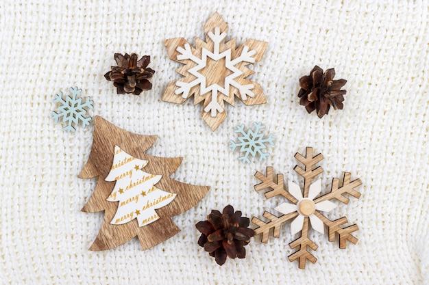 Weihnachtsdekorationsbaum und -schneeflocke auf weiß